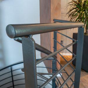 Wandgestaltung mit Kupferpigmenten und Geländer-Effektlackierung