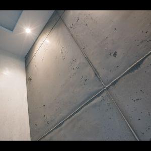 Wandgestaltung in Sichtbeton-Optik und weißem Caramorputz